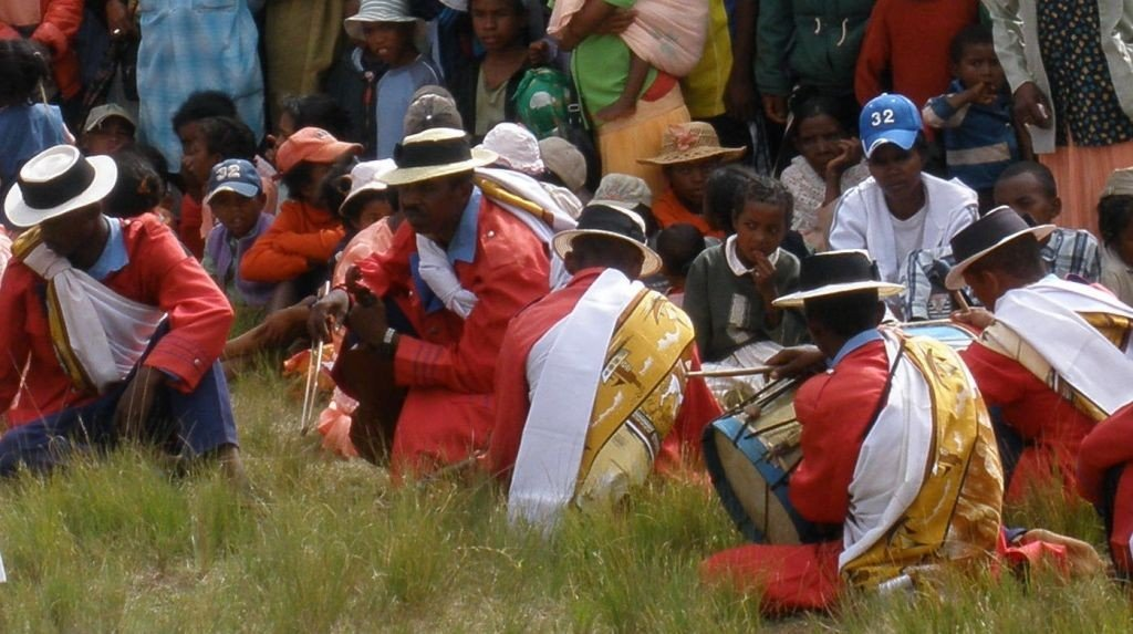Musicians wearing Lamba. Photo: Lemurbaby - CC by 3.0 via Wikimedia Commons