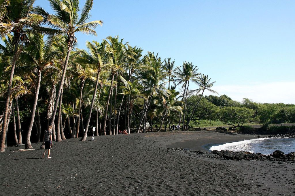 Punaluu Black Sand Beach-Diego Delso CC BY-SA 3.0 via Wikimedia Commons
