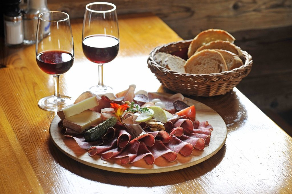 A Valaisan plate is comprised of authentic Valaisan produce: rye bread, air-cured meat, cured ham, bacon, sausage and cheese. Photo: Valais/Wallis Promotion/Christian Perret