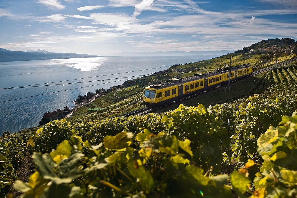 Lavaux, UNESCO World Heritage. Le Train des Vignes - this train connects the wine-producing villages between Vevey and Puidoux, offering a spectacular view over Lake Geneva, Canton Vaud. Photo: Switzerland Tourism - BAFU/ swiss-image.ch / Marcus Gyger