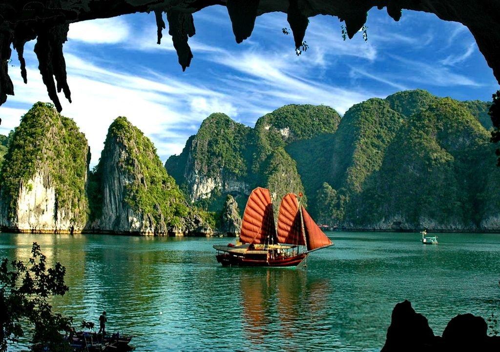 Sailing Halong Bay