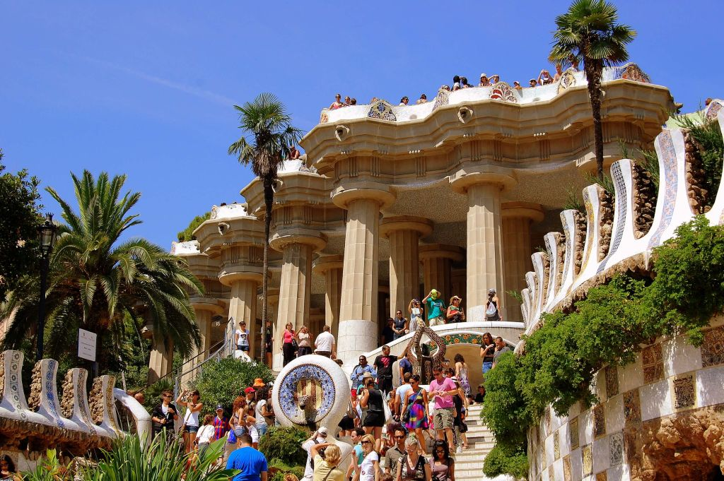 By Angela Llop (Flickr: Parc Güell, Barcelona) via Wikimedia Commons