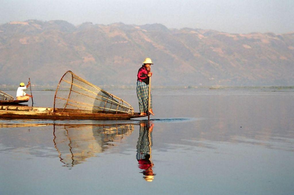 Myanmar-Inle Lake - Leg Rowers