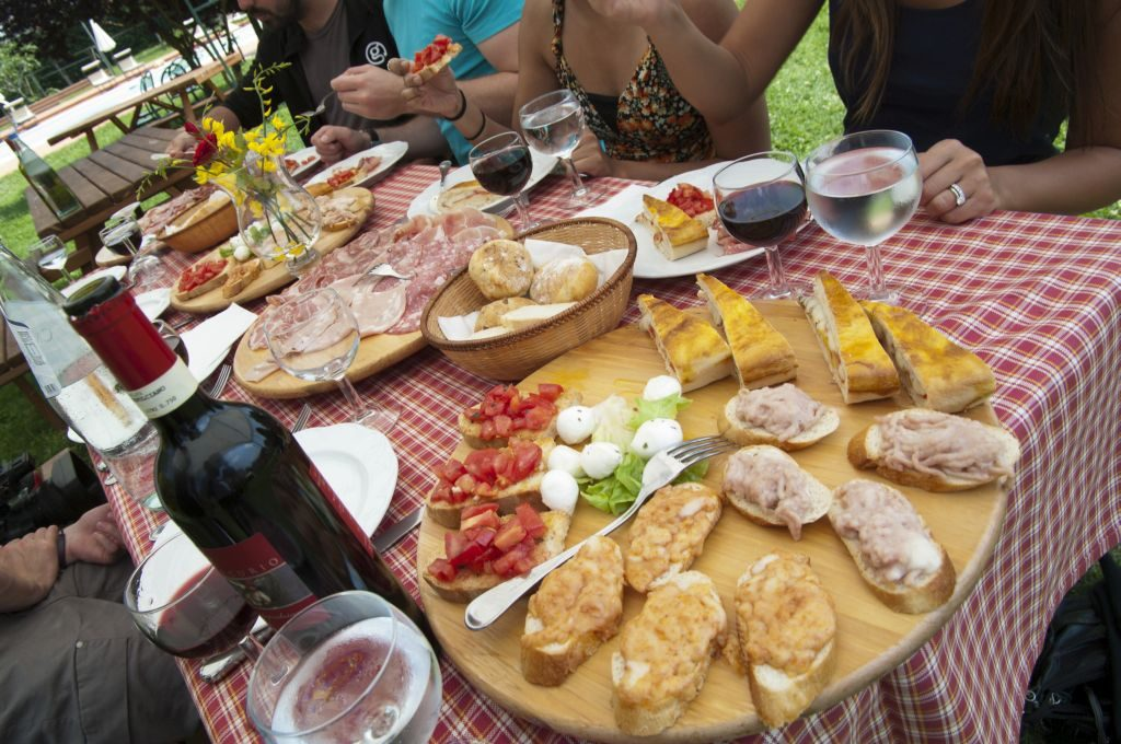 italy-southern-tuscany-outside-food-travellers-leo-tamburri- Photo: G Adventures65-lg-rgb-1024-x-680