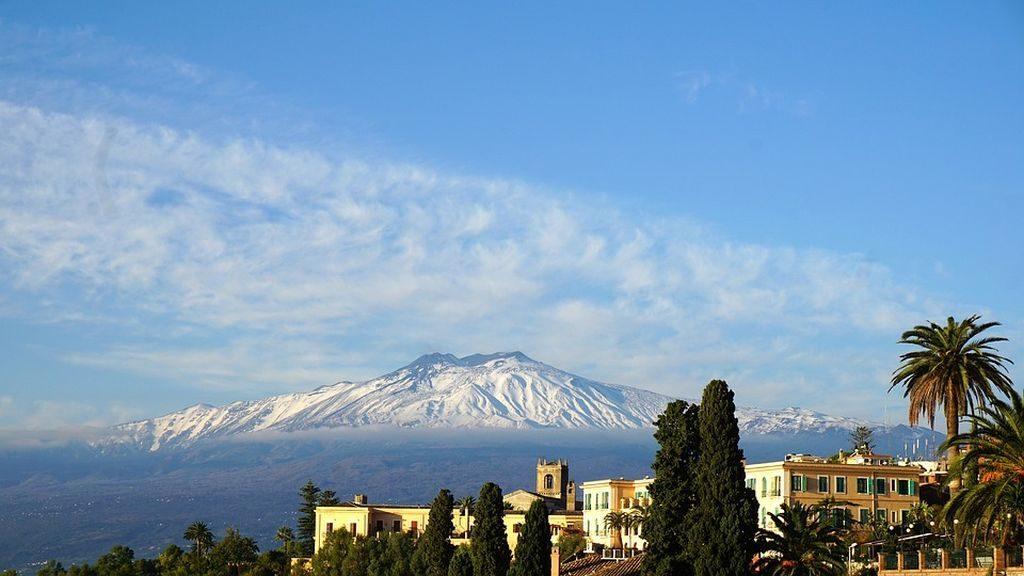 romantic-winter-getaway-taormina-sicily-moun-etna