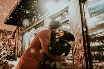 couple-in-snow romantic vacation