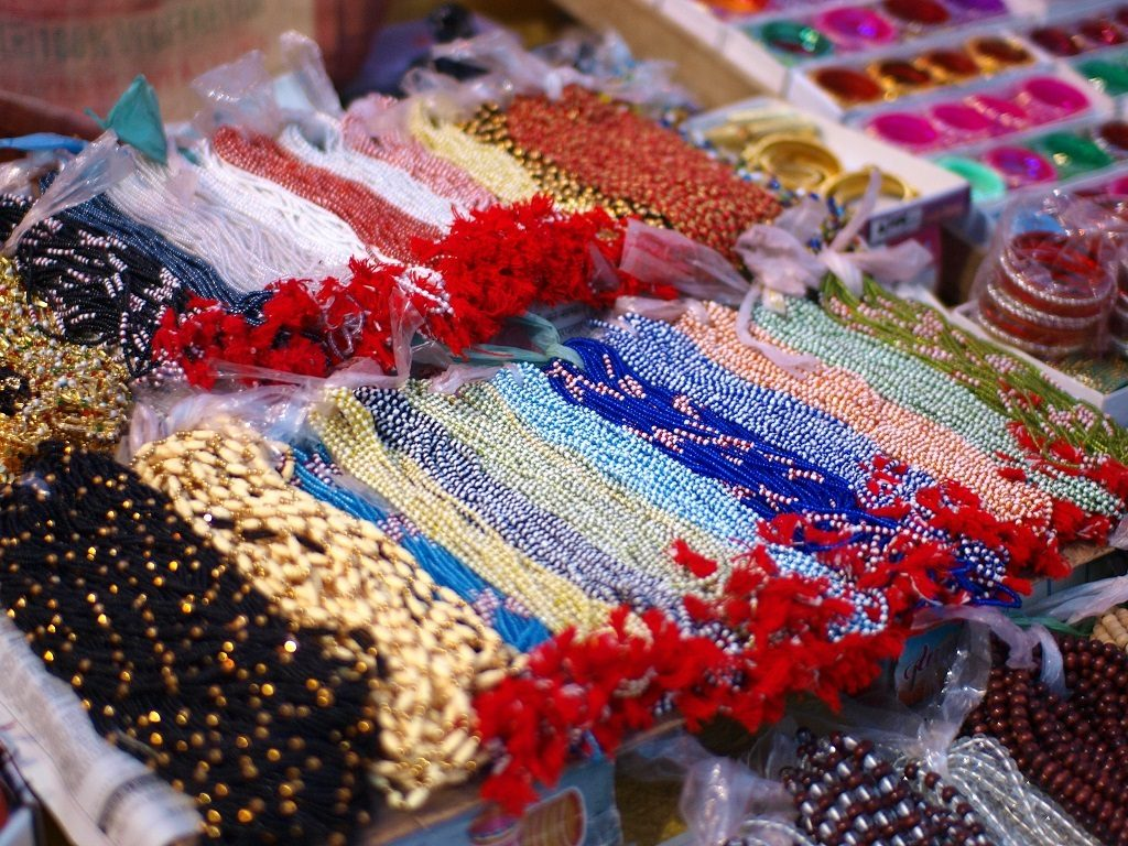 Colourful_necklaces_at_street_stall_Varanasi