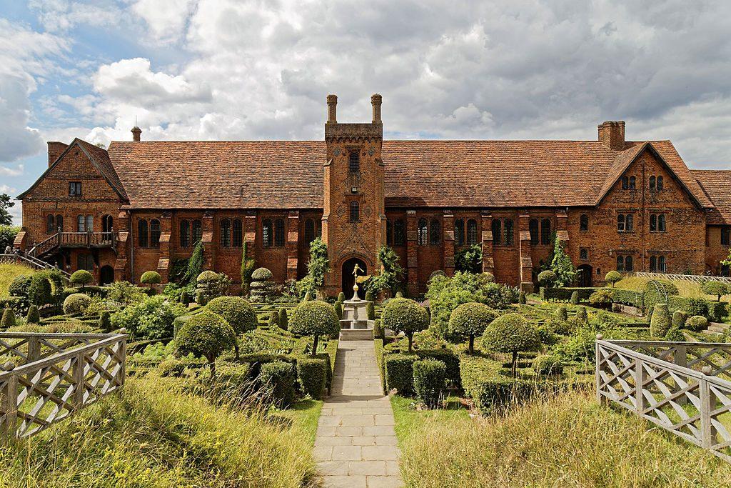Garden_parterre_Old_Palace_Hatfield_House_Hertfordshire_England