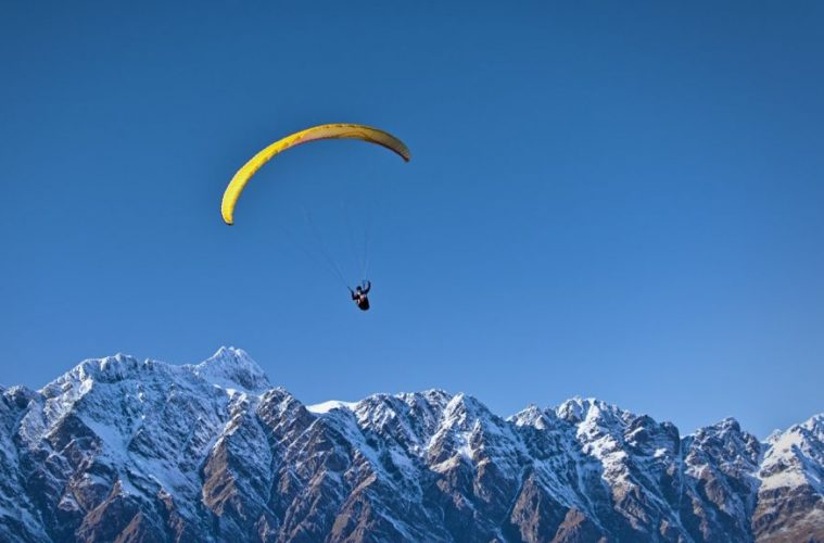 Paragliding snowcapped mountain queenstown new zealand best paragliding destinations